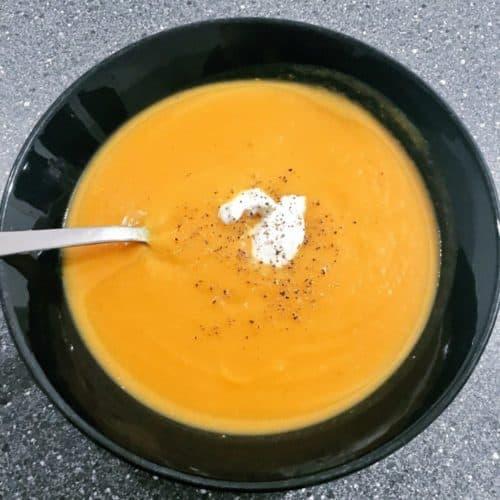 Kürbissuppe im Teller angerichtet