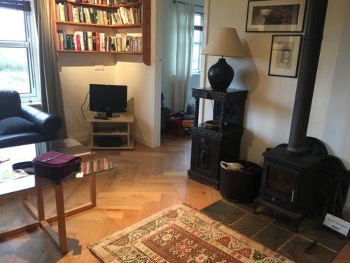 wohnzimmer unserer komfortablen unterkunft 500x375